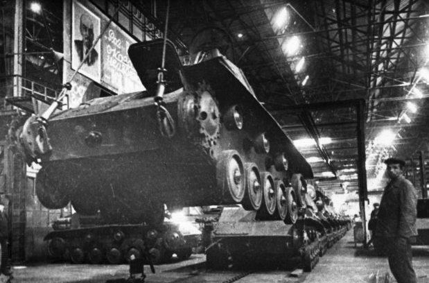 В танковом цехе Горьковского автозавода. Производство танков Т-70. Сентябрь 1943 г.