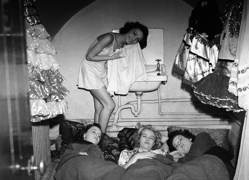 Артисты театра «Windmill» ночуют в бомбоубежище. 24 сентября 1940 г.