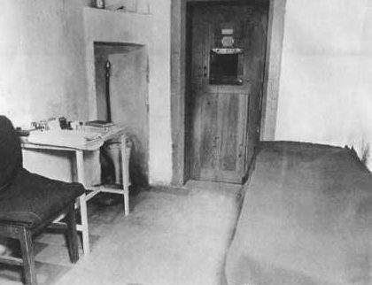 Камера Альберта Шпеера в тюрьме Шпандау.
