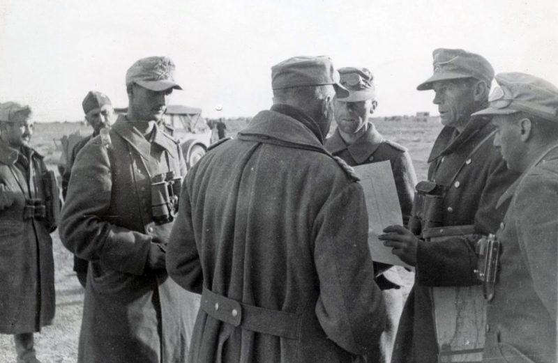 Фриц Байерлейн с офицерами. Тобрук. 1941 г.