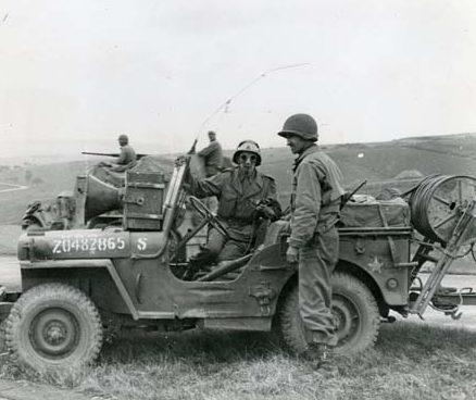 Подготовка проводных громкоговорителей для передачи. Италия, 1945 г.