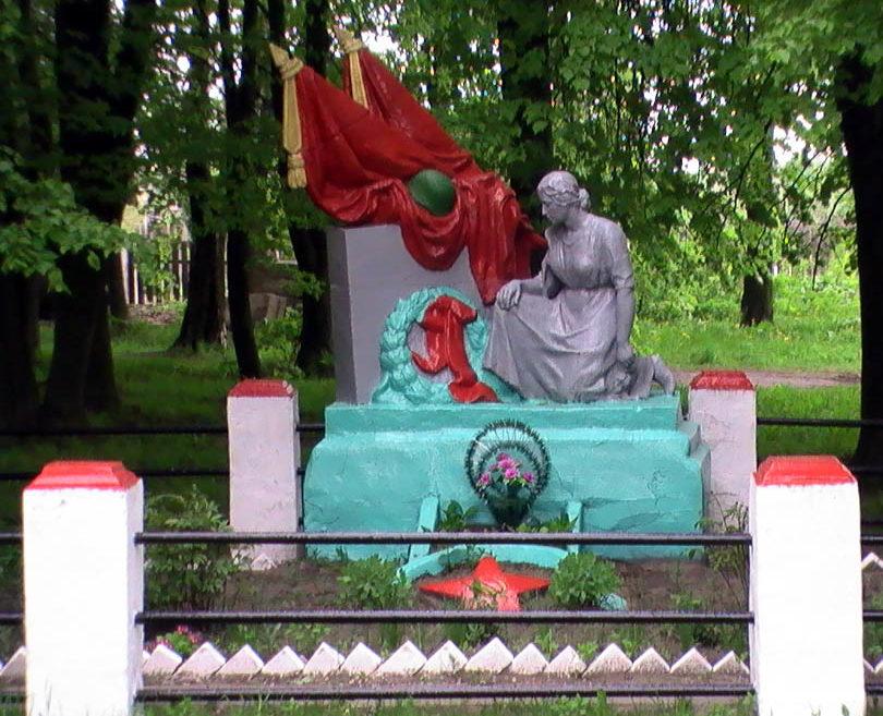 д. Пацева Слобода, Кировского р-на. Памятник, установленный на братской могиле, в которой похоронено 63 советских воина, в т.ч. 13 неизвестных, павших в годы войны.
