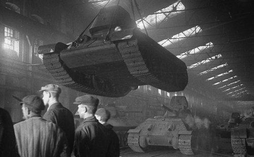 Завод «Красное Сормово». В цехе сборки танков. 1944 г.