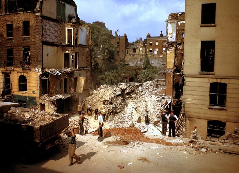 Рабочие расчищают завалы после бомбардировки. 1940 г.