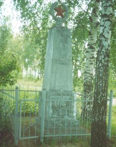 д. Прожектор Кировского р-на. Памятник, установленный на братской могиле, в которой похоронено 27 советских воинов, в т.ч. 22 неизвестных, погибших в годы войны.