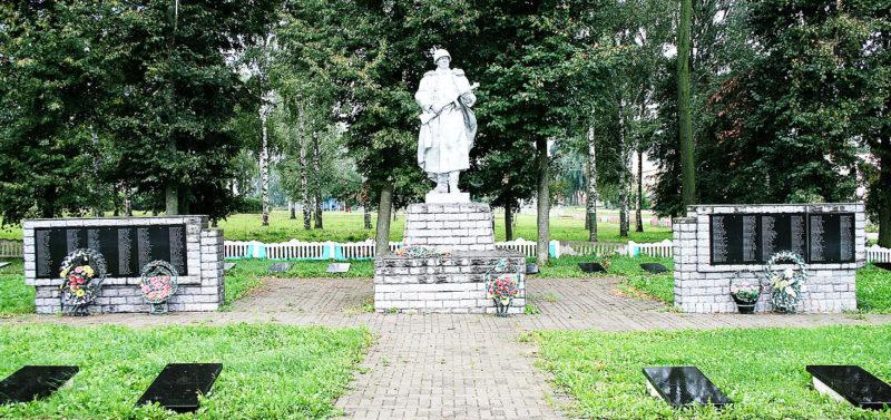 д. Каменка Горецкого р-на. Памятник, установленный на братской могиле, в которой похоронено 610 советских воинов, погибших в годы войны.