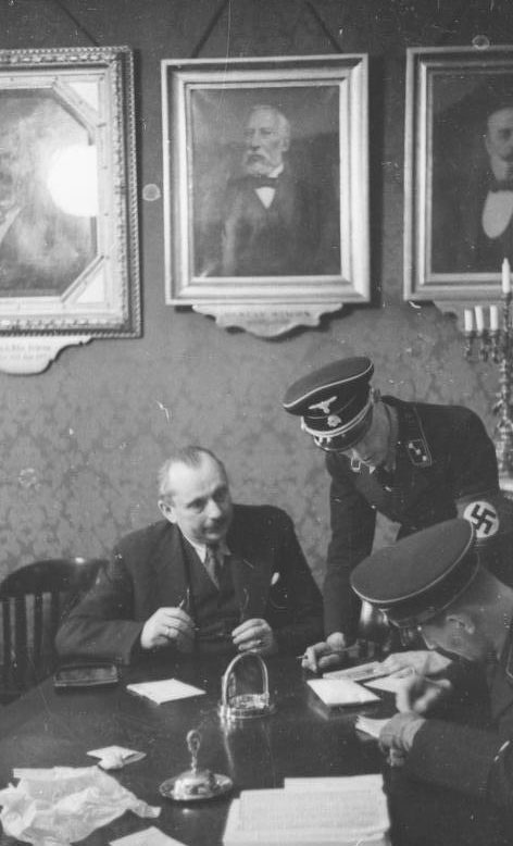 Адольф Эйхман в рабочем кабинете. 1938 г.