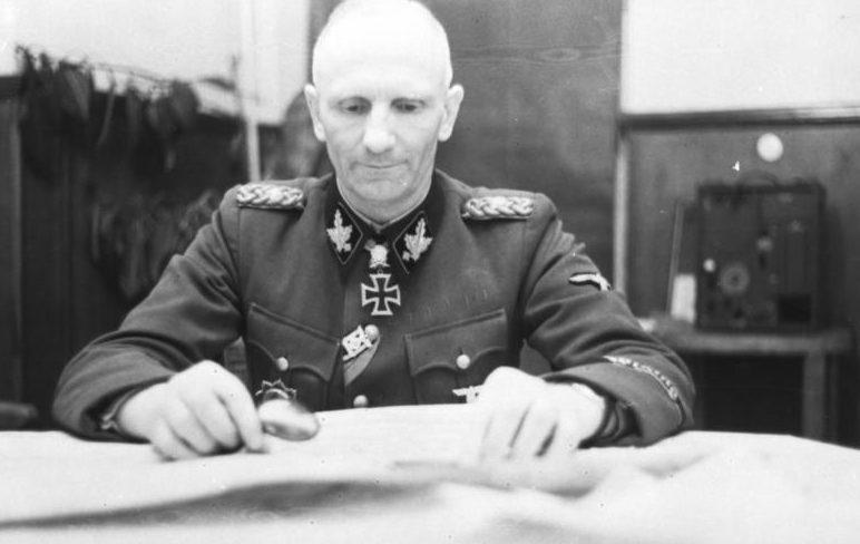 Герберт Гилле в рабочем кабинете. 1944 г.
