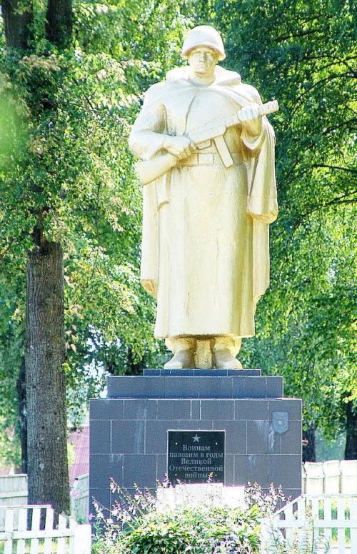 д. Коптеевка Горецкого р-на. Памятник, установленный на братской могиле, в которой похоронено 36 советских воинов, погибших в годы войны.