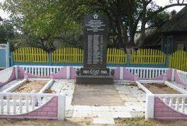 д. Стайки Кировского р-на. Памятник, установленный на братской могиле, в которой похоронено 34 советских воина, в т.ч. 16 неизвестных, погибших в годы войны.