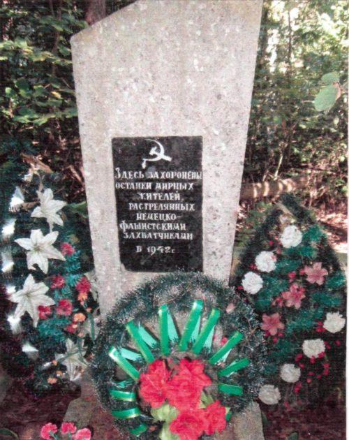 д. Лапичи Осиповичского р-на. Памятник на кладбище был установлен в 1975 году на братской могиле, в которой похоронено 140 мирных жителей, расстрелянных фашистами в 1942 году.