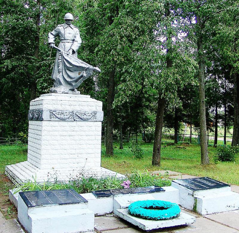д. Котелево Горецкого р-на. Памятник, установленный на братской могиле, в которой похоронено 82 советских воинов, погибших в годы войны.