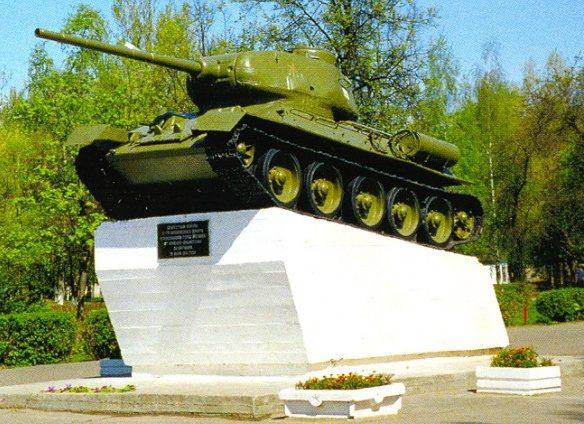 г. Могилев. Памятник-танк Т-34. Танк на высоком постаменте установлен в честь освободителей города воинами 2-го Белорусского фронта 28 июня 1944 года.