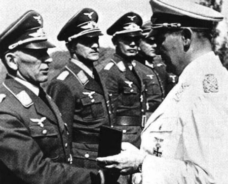 Бруно Бройер получает награду из рук Геринга. 1941 г.