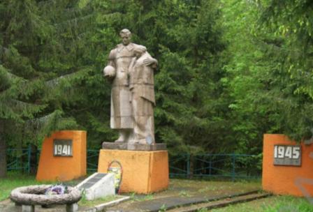д. Зеленый Прудок Чаусского р-на. Братская могила на околице села, в которой похоронено 106 воинов, в т.ч. 25 неизвестных.