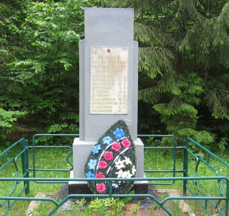 д. Столпище Кировского р-на. Памятник, установлен на братской могиле, в которой похоронено 10 советских воинов, погибших в 1944 году.