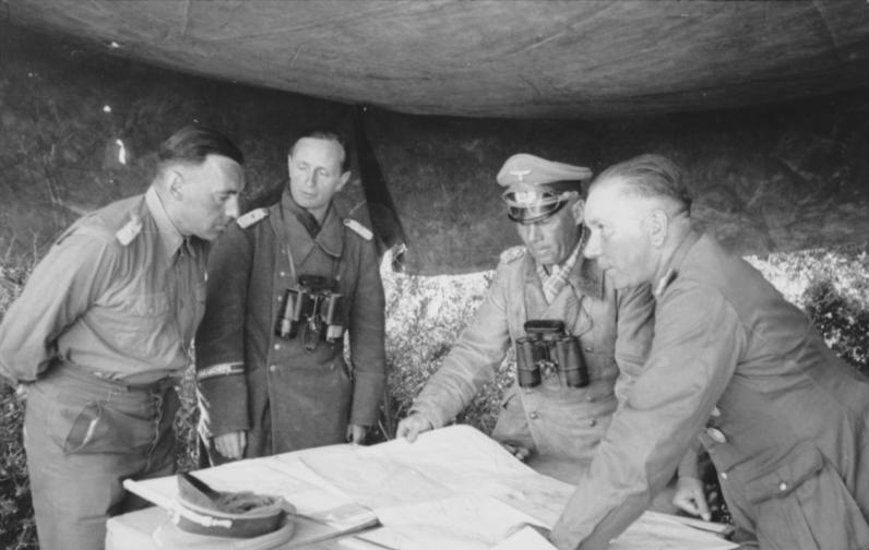 Фриц Байерлейн на совещании в Эрвина Роммеля. Северная Африка. 1942 г.