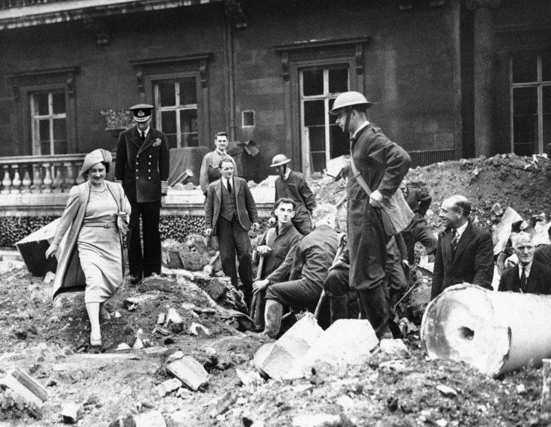 Королевская чета осматривает разрушения в городе. Сентябрь-октябрь 1940 г.