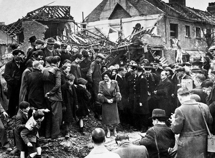 Принцессы Елизабет и Маргарет осматривают руины. Октябрь 1940 г.