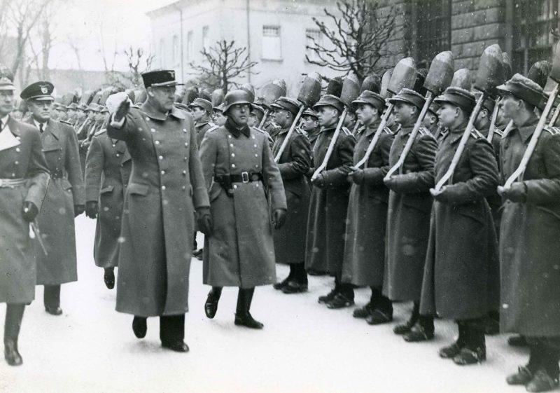 Йозеф Тербовен и Видкун Квислинг перед строем членов трудового фронта. 1942 г.