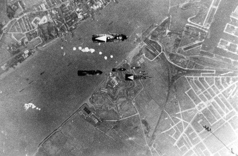 Бомбы падают на доки. 4 октября 1940 г.