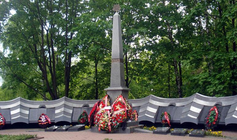 г. Бобруйск. Мемориал на городском кладбище, установлен на братской могиле, в которой похоронено 936 воинов, погибших в годы войны. Мемориальные пл¬иты из бетона с прикреплёнными к ним чёрными плитами с высеченными фамилиями захороненных.