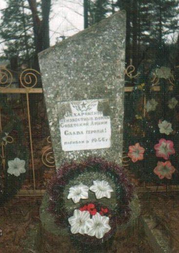 д. Лука Осиповичского р-на. Памятник на кладбище был установлен в 1977 году на братской могиле, в которой похоронено 6 советских воинов, в т.ч. 4 неизвестных, погибших в 1944 году.
