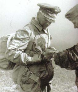 Бруно Бройер с парашютом. 1943 г.