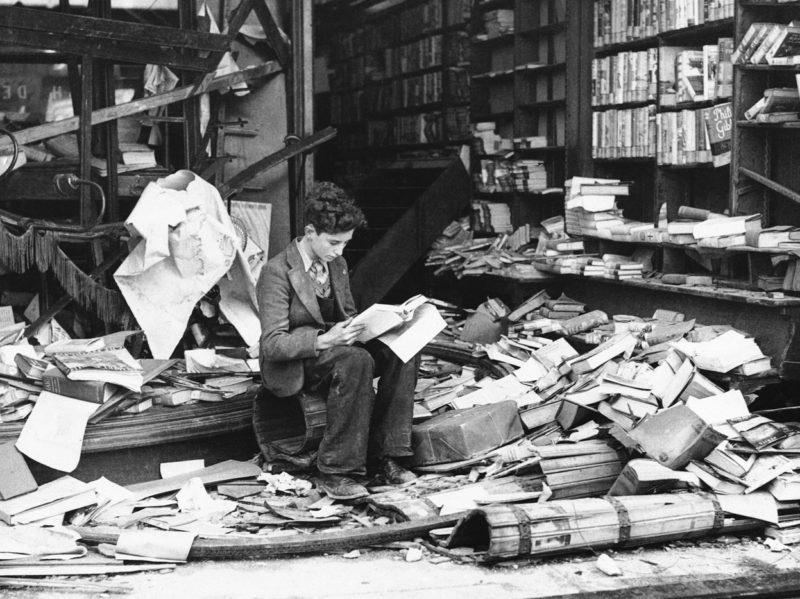 Книжный магазин после воздушного налета 8 октября 1940 г.