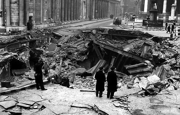 Воронка на месте станции метро. 11 января 1941 г.