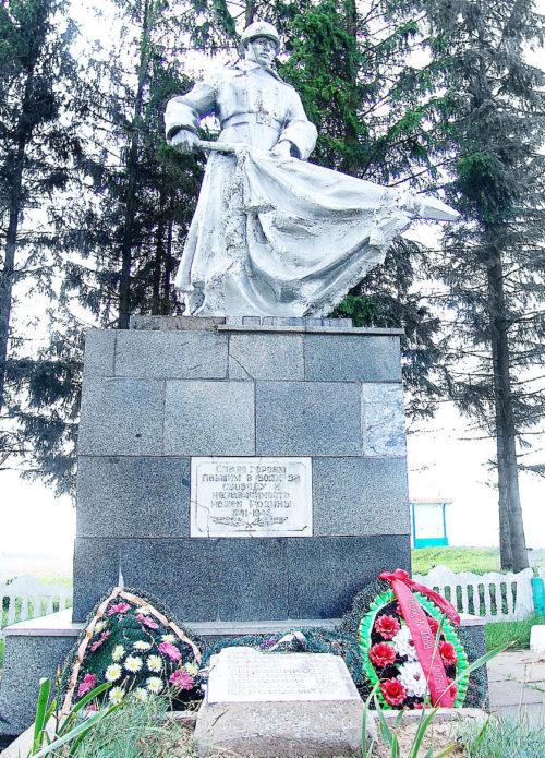 д. Любиж Горецкого р-на. Памятник, установленный на братской могиле, в которой похоронено 12 советских воинов, в т.ч. 1 неизвестный.