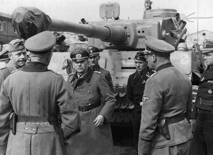 Гейнц Гудериан осматривает танк «Тигр».1943 г.