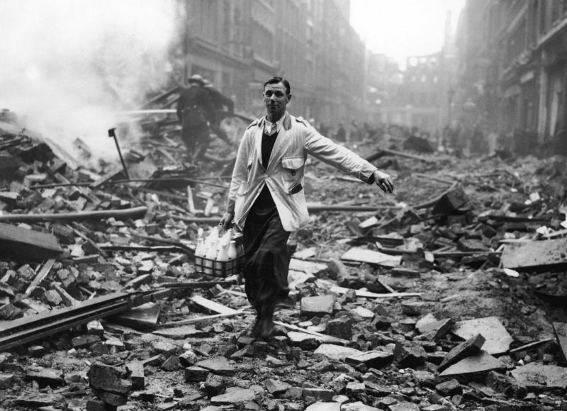 Молочник на лондонской улице после налета. 9 октября 1940 г.