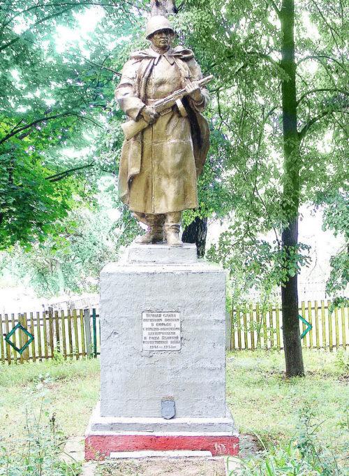 д. Маслаки Горецкого р-на. Памятник, установленный на братской могиле, в которой похоронено 7 советских воинов, в т.ч. 5 неизвестных.