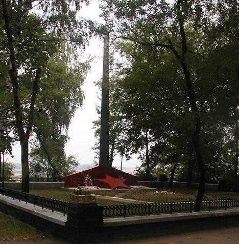 г. Могилёв. Памятник по улице Автозаводской, установленный на братской могиле, в которой похоронено 68 советских воинов, погибших в июле 1944 года в боях за город.