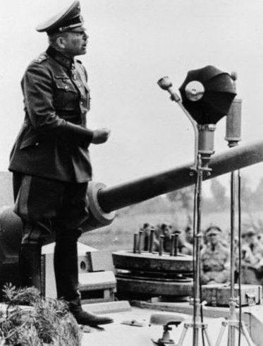 Гейнц Гудериан выступает перед рабочими завода Хеншель с танка Тигр, которые они производят. Кассель, 1943 г.