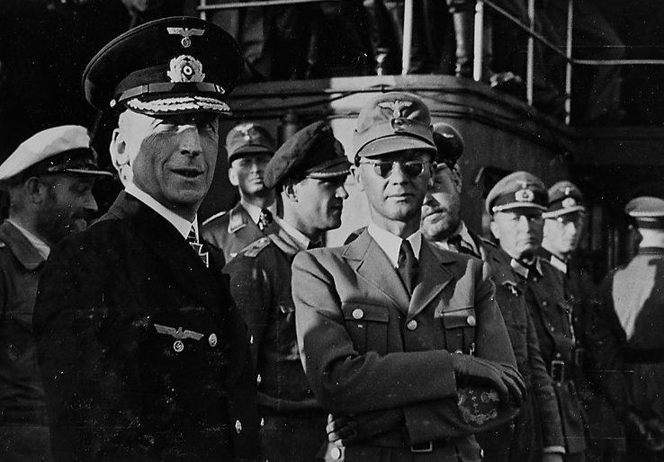 Йозеф Тербовен с морскими офицерами. 1942 г.