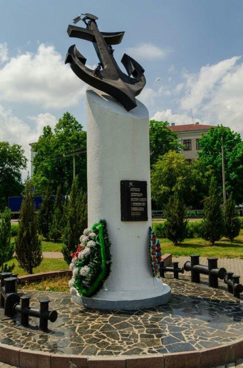 Памятник морякам Днепровской военной флотилии.