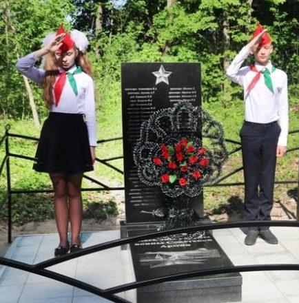 д. Студенец Костюковичского р-на. Памятник установлен на братской могиле, в которой похоронено 62 советских воина погибших в годы войны.