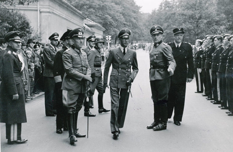 Йозеф Тербовен перед строем военных леттччиков. 1942 г.