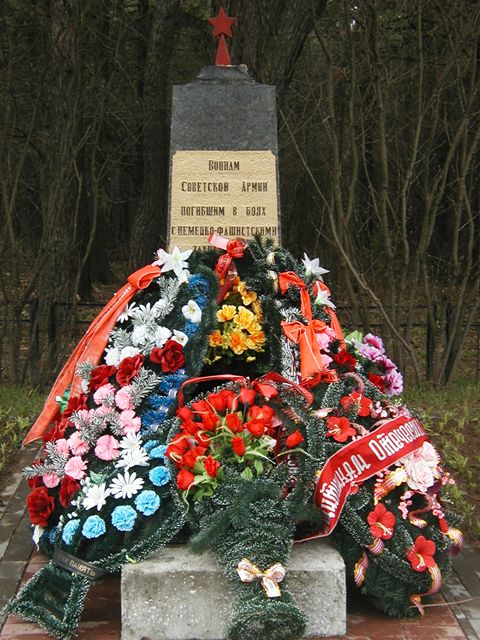 г. Могилёв, пос. Малая Боровка. Памятник, установленный на братской могиле, в которой похоронено 15 воинов, погибших в годы войны.