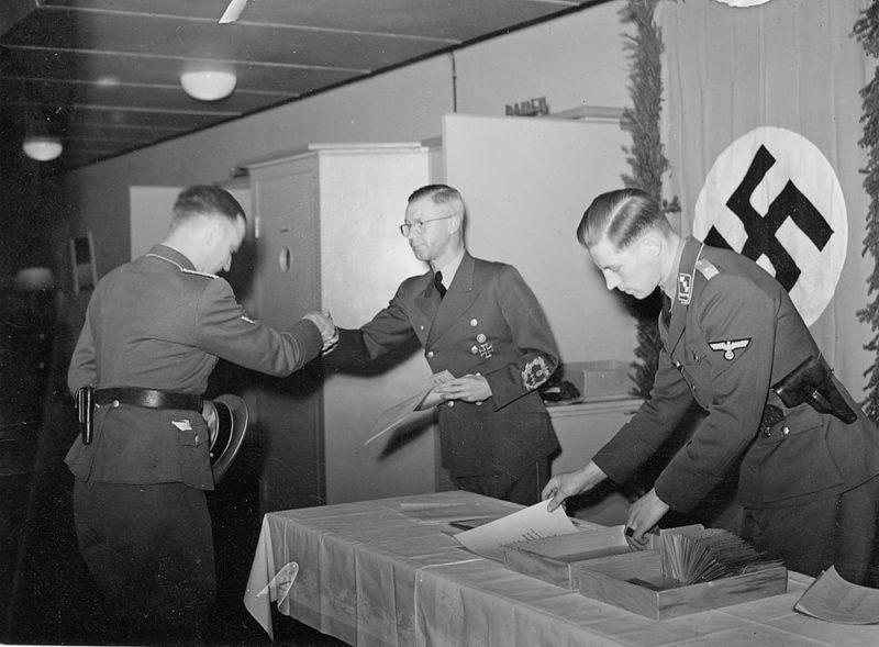 Йозеф Тербовен вручает награды военным. 1942 г.