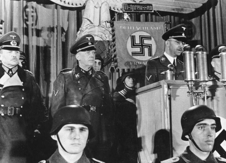 Гейнц Гудериан во время выступления Генриха Гиммлера. 1944 г.