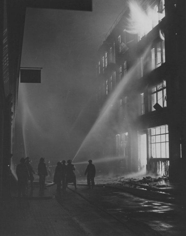 Тушение пожара после бомбардировки. 1941 г.