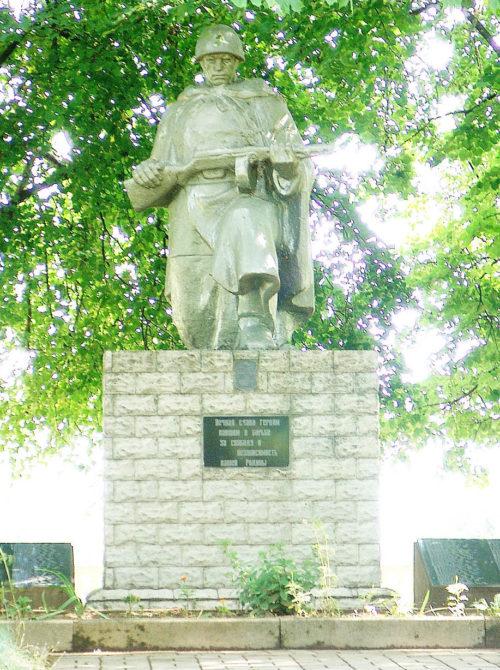 д. Паршино Горецкого р-на. Памятник, установленный на братской могиле, в которой похоронен 181 советский воин.
