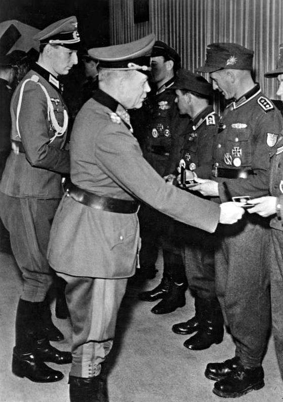 Гейнц Гудериан награждает солдат Вермахта. 1945 г.