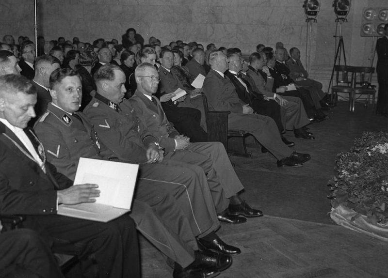 Йозеф Тербовен на встече с меценатами. 1944 г.