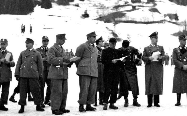 Вильгельм Фрик среди горных егерей. 1939 г.