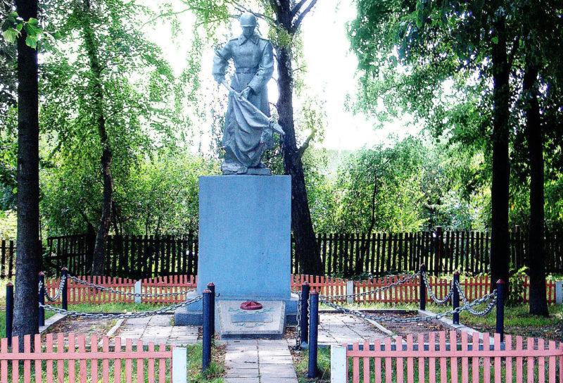 ст. Погодино Горецкого р-на. Памятник, установленный на братской могиле, в которой похоронено 14 советских воинов.