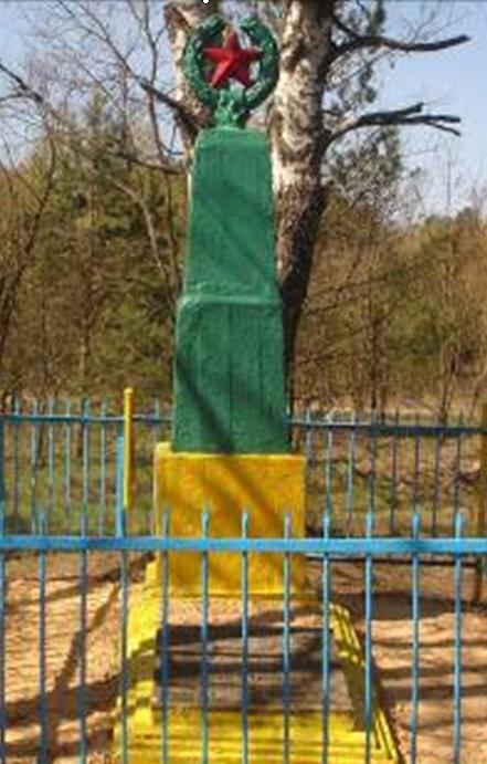 д. Горезна Краснопольского р-на. Памятник, установленный на братской могиле, в которой похоронено 15 советских воинов и партизан, погибших в годы войны.